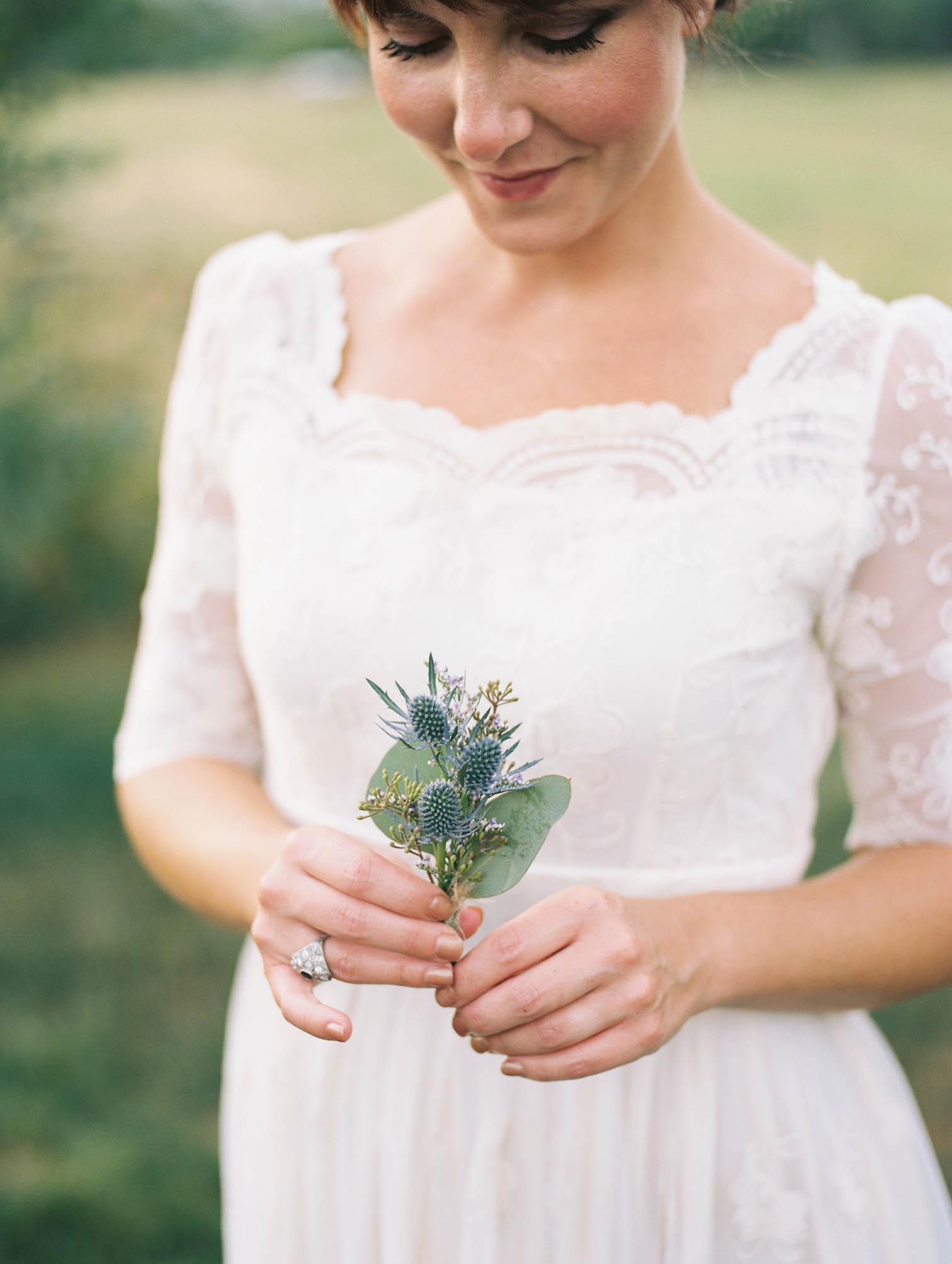 aspen colorado, weddings, bride with flowers